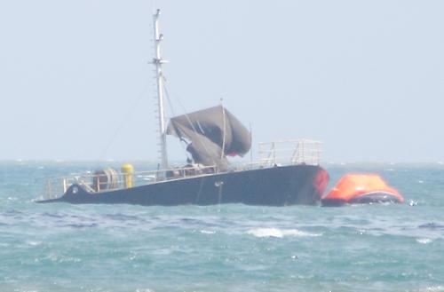 Ngành chức năng Ninh Thuận đang khẩn trương xử lý hàng chục nghìn lít dầu trên tàu bị chìm, không để tràn ra ngoài. Ảnh: