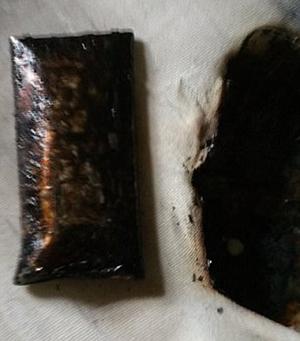 Chiếc điện thoại phát nổ và bốc cháy làm thủng đệm. Ảnh: SWNS.com.