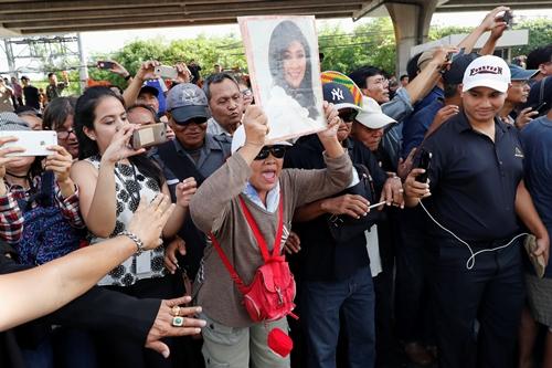 Người ủng hộ bà Yingluck sáng nay chờ bà trước Tòa án Tối cao. Ảnh: Reuters.