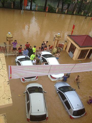 Đường vào UBND huyện Định Hóa (thị trấn Chợ Chu) bị ngập sâu trong nước.