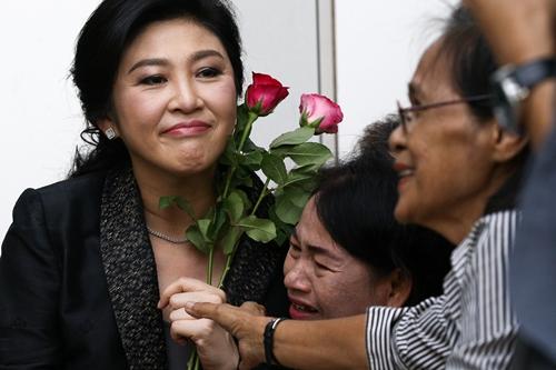 Cựu thủ tướng Yingluck gặp người ủng hộ hôm 1/8 khi tới Tòa án Tối cao. Ảnh: Reuters.