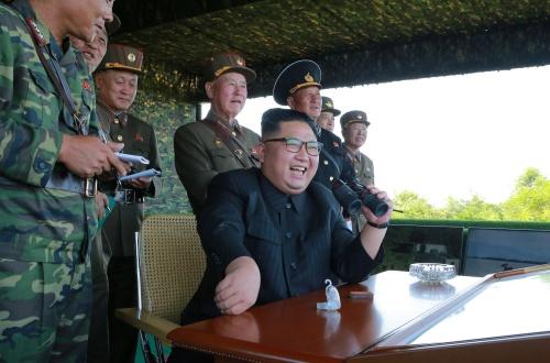 Lãnh đạo Kim Jong-un thị sát tập trận. Ảnh: Reuters.