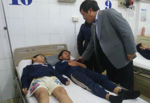 Chủ tịch UBND tỉnh Lâm Đồng thăm hỏi các em học sinh tại bệnh viện. Ảnh: Khánh Hương