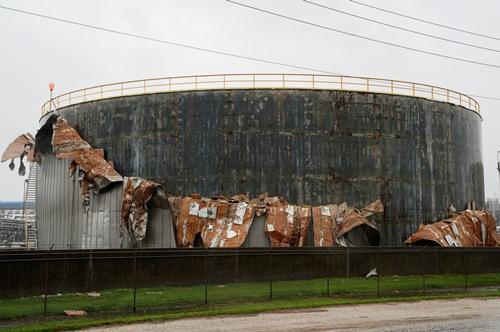 Một bể chứa dầu ở gần Seadrift, Texas, bị bão Harvey tàn phá. Ảnh: Reuters.