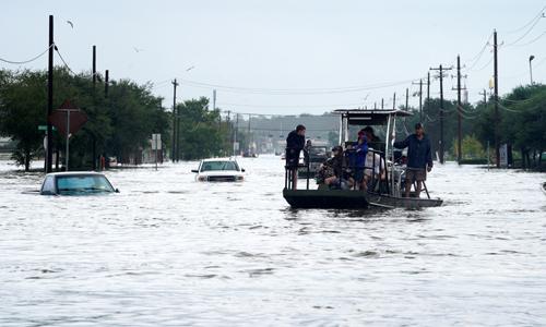 Phố ở Dickinson, Texas ngày 27/8 thành sông do bão Harvey gây mưa lớn. Ảnh: Reuters.