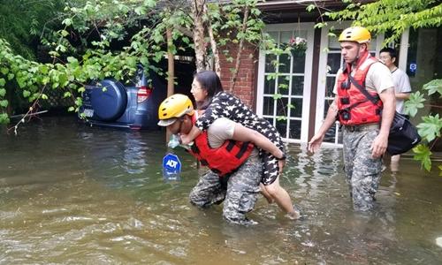Vệ binh Quốc gia giúp sơ tán một gia đình bị ngập ở Houston, Texas, ngày 27/8. Ảnh: Navy Times.