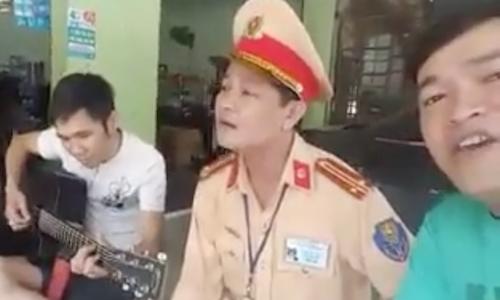 Cảnh sát giao thông hát với tài xế vi phạm trong khi xử phạt