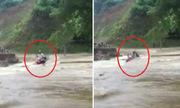 Người và xe máy bị cuốn trôi khi cố vượt qua dòng nước xiết