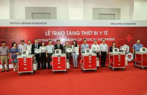 9 bộ xe đẩy cấp cứu được trao tặng cho các bệnh viên