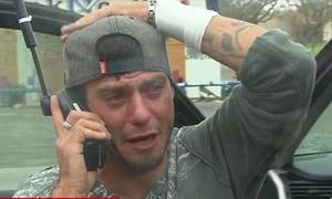 Người đàn ông nức nở khi gọi điện được cho bố sau bão Harvey