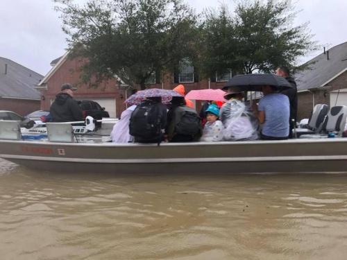 Nhóm cứu hộ người Việt hỗ trợ bà con ở nơi nước ngập đến nửa nhà. Ảnh: Danny Nguyễn.