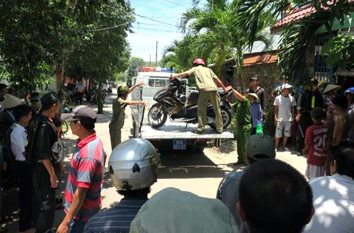 Cảnh sát đưa xe những người tham gia đá gà về trụ sở. Ảnh: Tư Huynh.