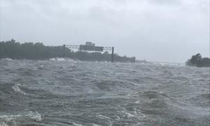 Bão Harvey biến quốc lộ Texas thành biển nước