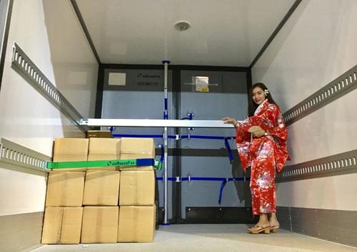 Vách cách nhiệt cao cấp nhập khẩu ngăn thùng xe thành hai khoang có nhiệt độ riêng biệt, giúp vận chuyển cùng lúc các loại thực phẩm cần được bảo quản ở nhiệt độ khác nhau.