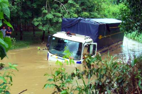 9 người kẹt trong ôtô bị lũ cuốn ở Đồng Nai