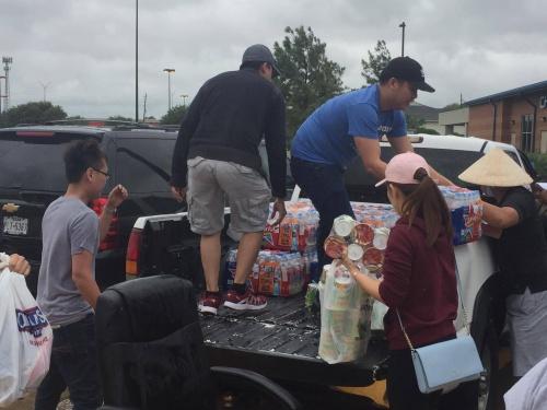 Một nhóm người Việt chuẩn bị đồ quyên góp cho các nhà tạm trú trong lụt lội. Ảnh: Kanny Le