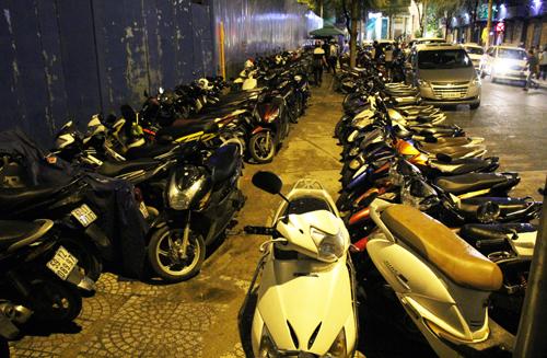 Hai bãi xe chiếm vỉa hè trung tâm Sài Gòn bị dẹp
