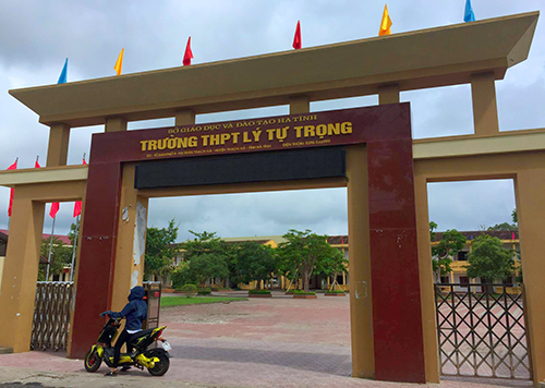 truong-hoc-yeu-cau-nu-giao-vien-khong-duoc-mac-vay-len-lop