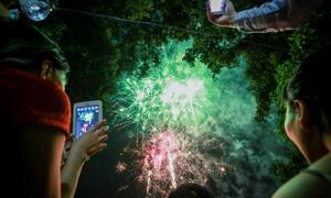 Người Sài Gòn ùn ùn đi xem pháo hoa ngày Quốc khánh