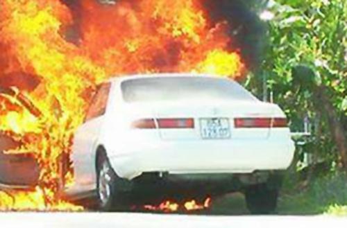 Bốn người trên ôtô bốc cháy kịp thoát ra ngoài trước. Ảnh: Nhật Nam.