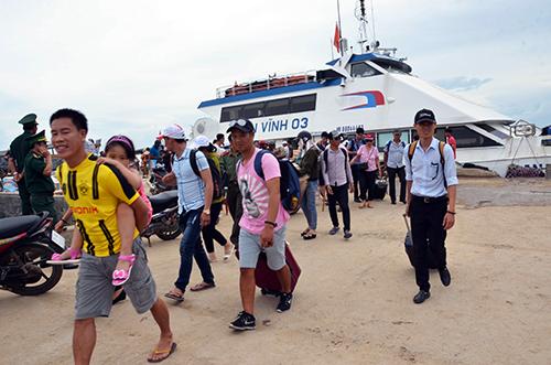 Du khách đáp cầu cảng Lý Sơn từ tàu cao tốc. Ảnh: Thạch Thảo