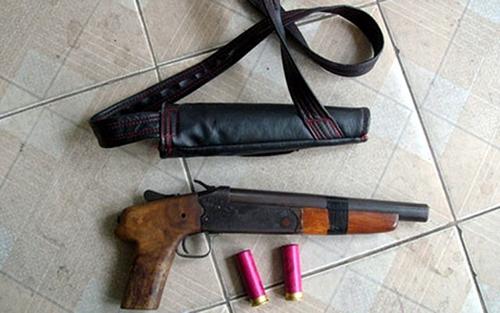 Khẩu súng bắn đạn hoa cải được cảnh sát thu giữ. Ảnh: Nguyệt Triều.