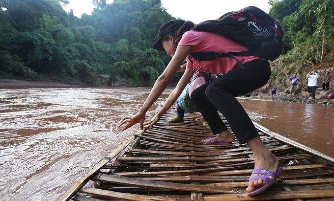 Thầy trò chèo bè qua sông đi khai giảng
