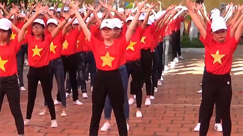 Hơn 1.000 học sinh mặc áo cờ đỏ sao vàng nhảy trong ngày khai giảng
