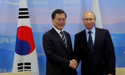 Tổng thống Nga Vladimir Putin bắt tay người đồng cấp Hàn Quốc Moon Jae-in. Ảnh: REuters.