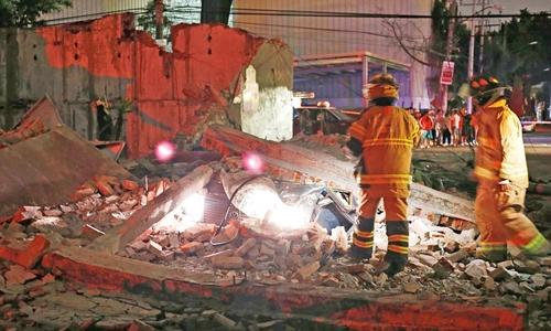 Một tòa nhà ở Mexico bị sập sau động đất. Ảnh: REX.