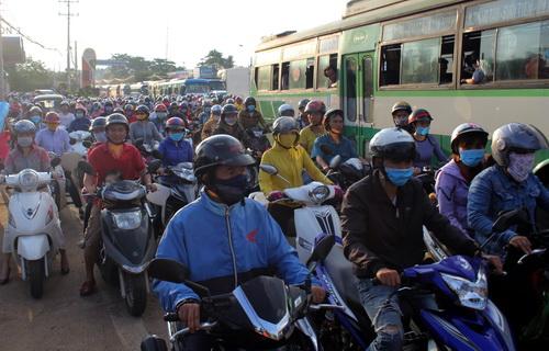 Quốc lộ 1 hướng từ TP HCM đi Bình Thuận kẹt cứng nhiều km. Ảnh: Phước Tuấn