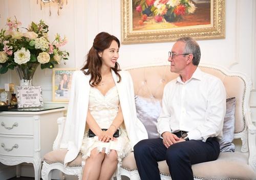 Cô chia sẻ: Tôi cảm thấy như đang ở nhà, dù ở Việt Nam, vẫn được các bác sĩ Hàn Quốc chăm sóc sắc đẹp. Tôi không bất ngờ với kết quả làm đẹp vì các bác sĩ thẩm mỹ tại đây đều có tiếng ở Hàn. Tuy nhiên, sự chuyên nghiệp của đơn vị khiến tôi có cái nhìn mới về công nghệ làm đẹp và thẩm mỹ tại Việt Nam.