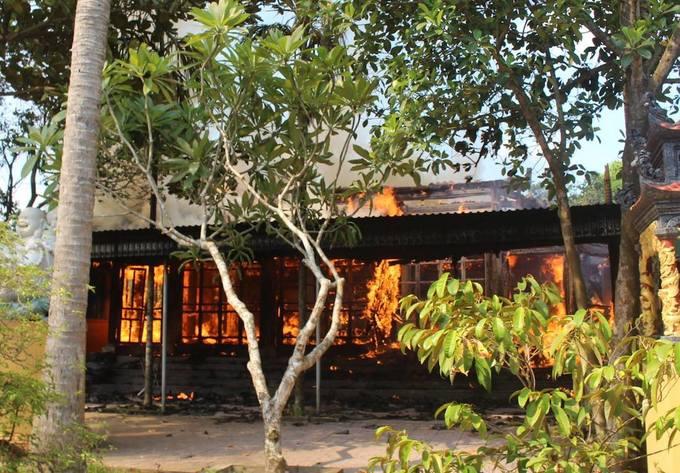 Đền cổ tại Nghệ An cháy tan hoang