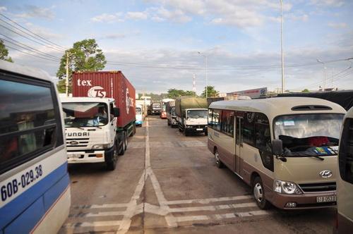 Hàng xe nối đuôi nhau chờ mua vé qua trạm vì tài xế sử dụng tiền lẻ mua vé. Ảnh: Phước Tuấn