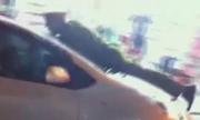 Video hot nhất của bạn đọc: Cảnh sát nhảy lên nắp capô xe điên