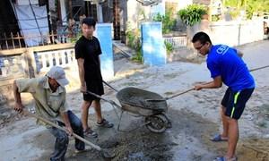 Sinh viên Singapore xây tường rào trường mầm non ở Huế