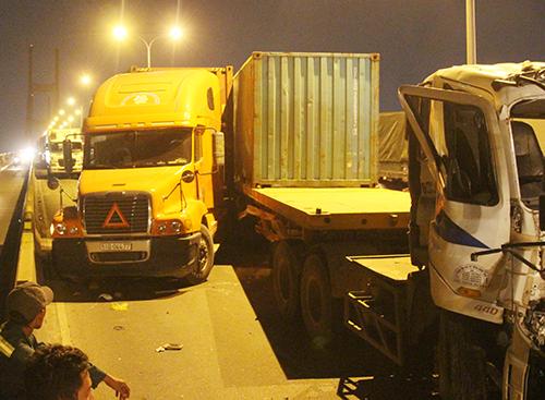 ba-xe-container-tong-lien-hoan-tren-doc-cau-tu-than-o-sai-gon-1