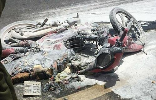 Chiếc xe bốc cháy sau vụ va chạm mạnh với xe tải khiến 2 mẹ con bị bỏng nặng. Ảnh: Phước Tuấn