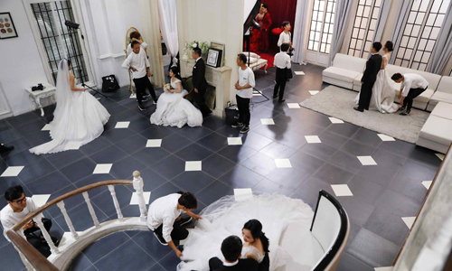 Các đôi trẻ Trung Quốc chờ đến lượt chụp ảnh cưới tại studio Golden Ladies ngày 30/5. Ảnh: Reuters.