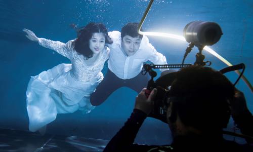Một buổi chụp ảnh cưới dưới nước ở Bắc Kinh, Trung Quốc ngày 19/8. Ảnh: Reuters.
