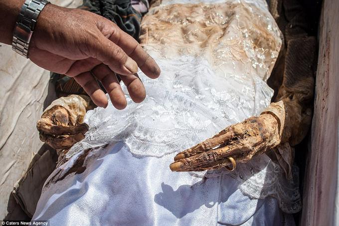 Bộ tộc khai quật mộ người thân để cầu mùa bội thu