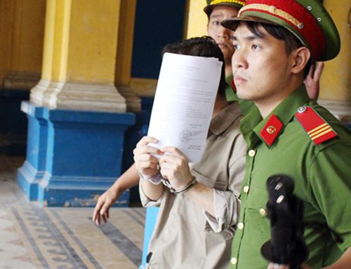 doanh-nhan-ngoai-quoc-hau-toa-vi-mang-56-kg-cocain-vao-viet-nam
