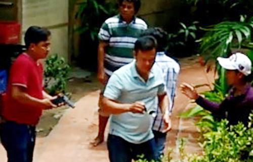 Hình ảnh một cảnh sát Phú Quốc rút súng dàn xếp vụ cự cãi tại nhà nghỉ của ông Sỹ hôm 10/4 được camera ghi lại. Ảnh: Phú Quốc.
