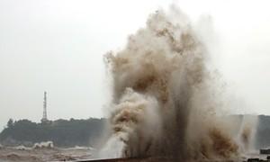 Cột nước cao 20m đánh phá bờ kè Đồ Sơn