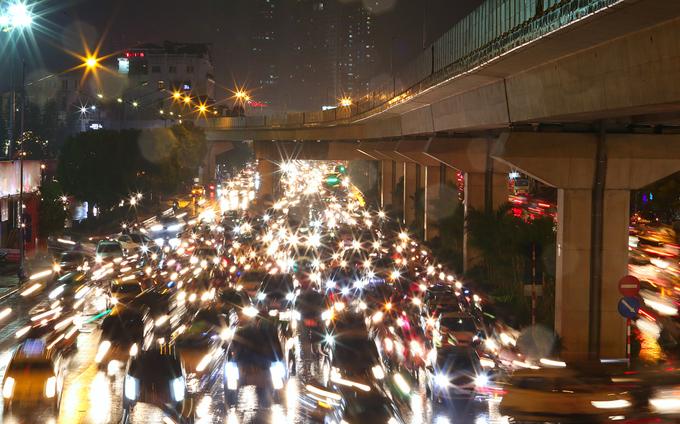 Hà Nội tắc đường diện rộng trong mưa dớt bão