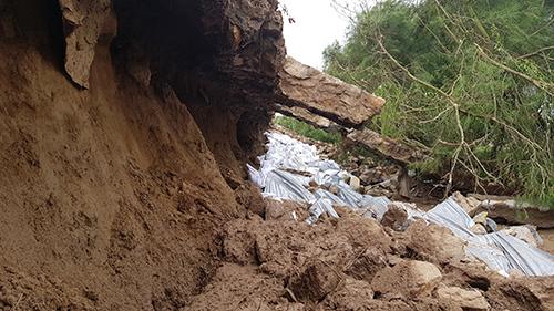 Đê biển Nam Định bị sóng khoét sâu cả mét