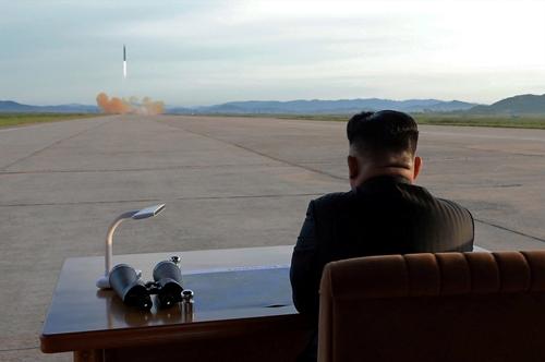 Ông Kim theo dõi vụ phóng. Ảnh: KCNA.