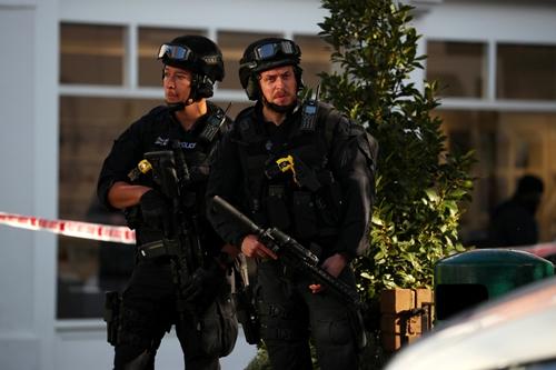 Cảnh sát có vũ trang Armed policemen stand by cordon near Parsons Green tube station in London