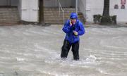 Phóng viên Mỹ đứng giữa mưa bão đưa tin gây tranh cãi