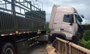 Container gặp nạn nằm lơ lửng trên thành cầu